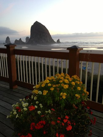 Hallmark Resort & Spa Cannon Beach : Landing at stair access to beach