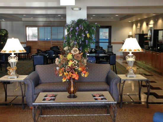 Wingate by Wyndham York: The lobby is sure looking like Autumn time!