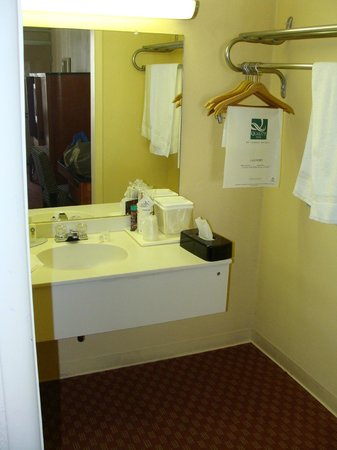 Quality Inn : Bathroom