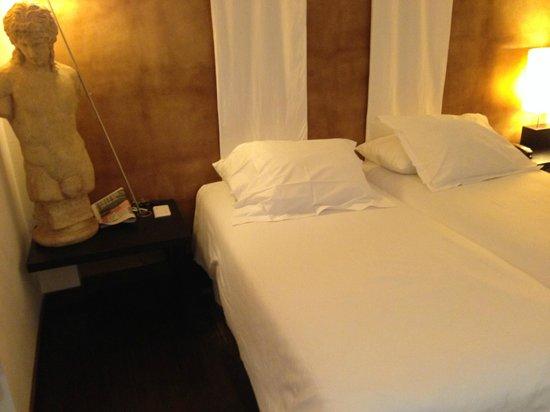 Hotel Porto Trindade: Habitación con 2 camas, mesillas grandes e iluminación buena