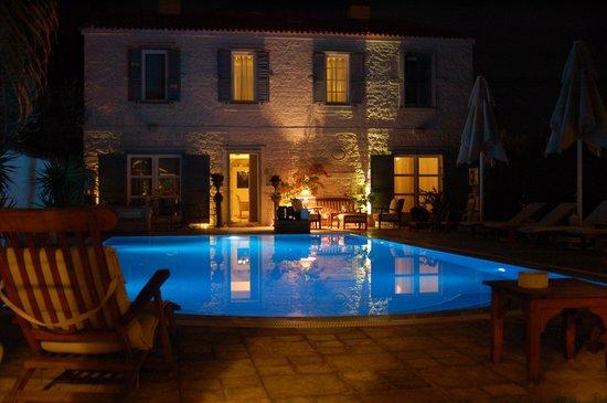 Beyevi Hotel: Pool by night