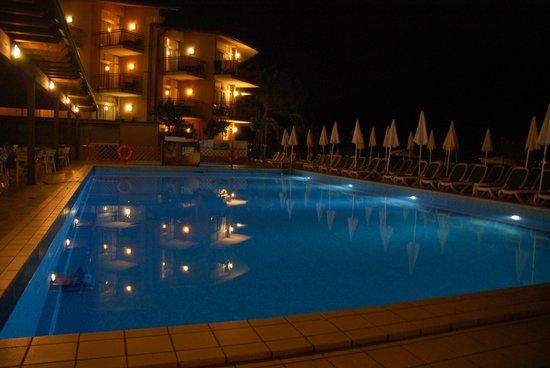 Leonardo Da Vinci Hotel: The pool area at night