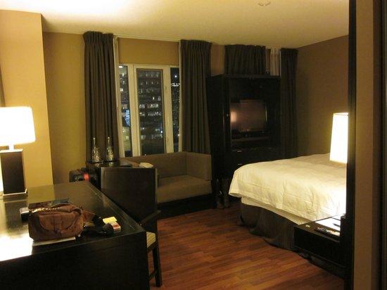 Pantages Hotel Toronto Centre: 間接照明のみなので少々暗い