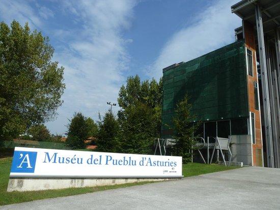 Muséu del Pueblu d'Asturies: Entrada al edificio principal del Museo. Arquitectura modernista maravillosa.