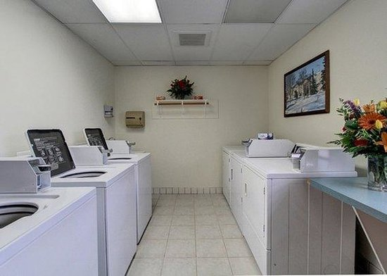 Clarion Suites Downtown: laundry facility