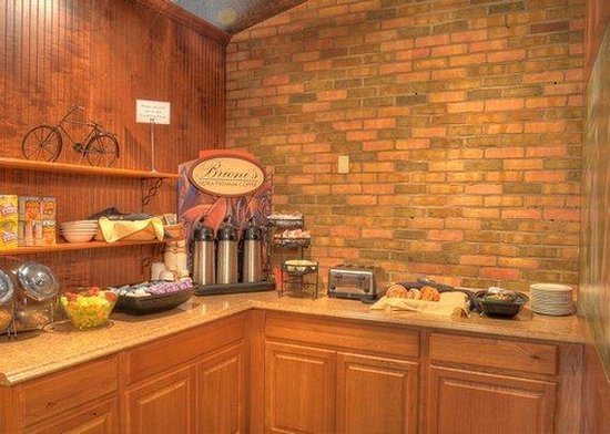 Clarion Hotel & Conference Center: breakfast area
