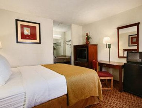Days Inn Bloomington: Standard Queen Bedroom