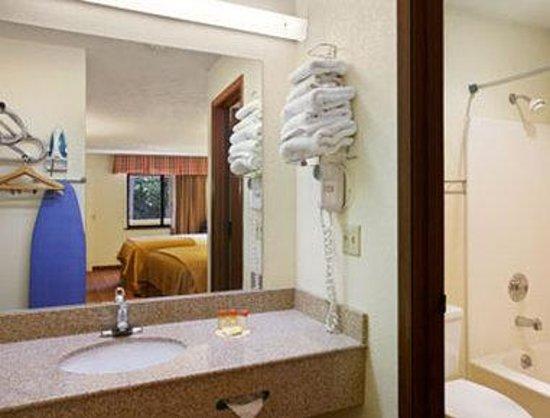 Days Inn Bloomington: Bathroom