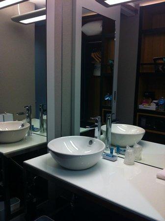 Aloft New York Brooklyn: bathroom