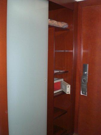 Hotel Zenit Malaga: cabina armadio