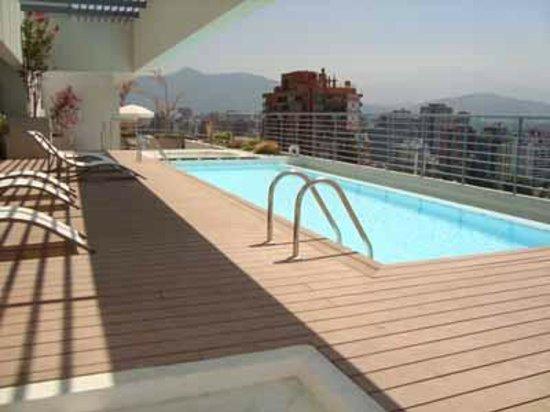 Norus Apartments Las Condes: piscina de temporada de verano en edificio
