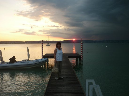 Hotel Du Lac: sunset on the hotel jetty