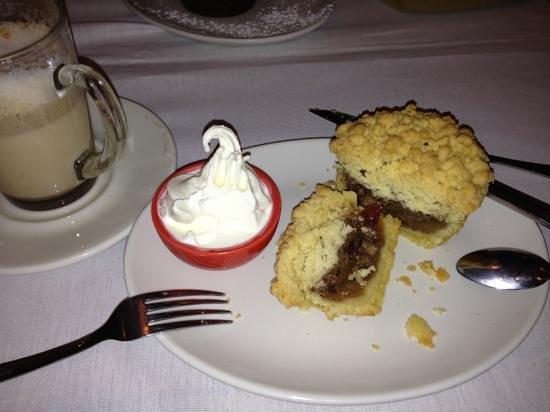 Oskars Delikatessen : delicious apple crumb & vanilla ice cream