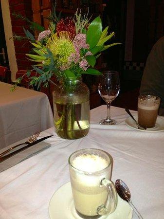Oskars Delikatessen : Beautiful flowers, delicious chai tea & hot chocolate