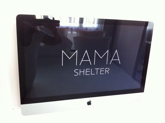 Mama Shelter Marseille : ecran de l'imac au mur ds la chambre