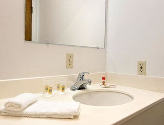 Super 8 Old Saybrook: Bathroom