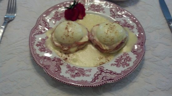 Dr. Dodson House Bed & Breakfast: Eggs Benedict (perfect)