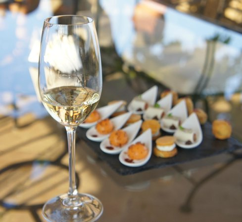 Hostellerie de Plaisance: appetizers and champagne on the terrace
