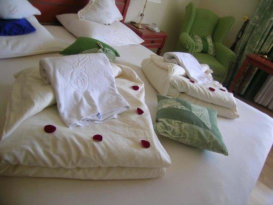 Hotel Pienzenau am Schlosspark: Bed mit Rosepetalen auf die Decke