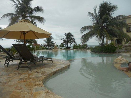 Coco Beach Resort: Beach and swim up bar.