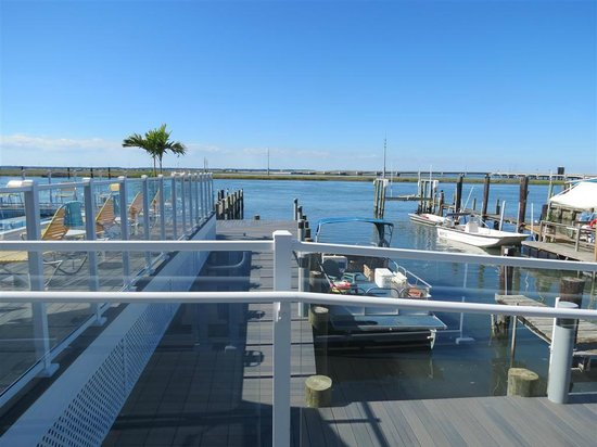 Fairfield Inn & Suites Chincoteague Island: Pool, boats around the hotel