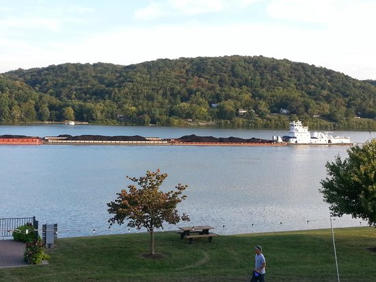 Empire House Hotel: Tug on the Ohio River (looking across to Kentucky)