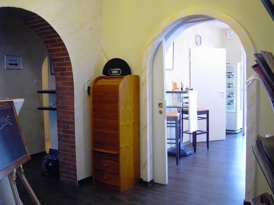 Allee-Cafe Brunnenhof: Durchgang zum ersten Zimmer