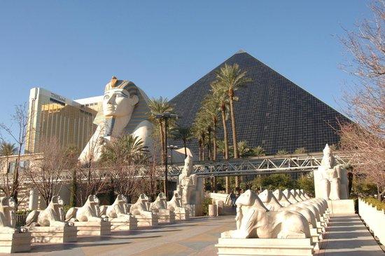 ลักซอร์: Hotel Luxor. foto tomada desde la Strip. Las Vegas