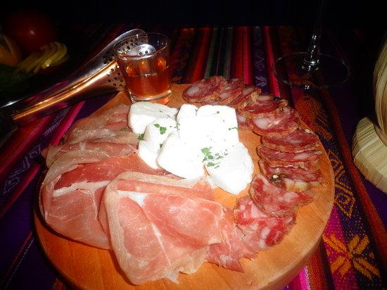 Italian Gourmet: tabla de embutido y queso