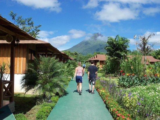 Hotel Arenal Montechiari: Corredor y jardines