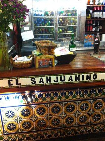 El Sanjuanino: Balcão do restaurante