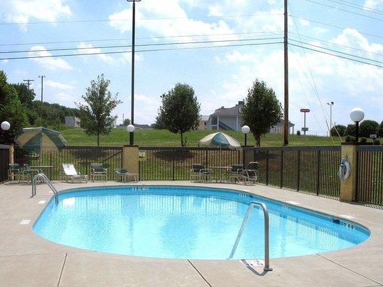 Red Roof Inn & Suites Clinton: Pool