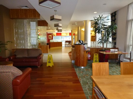 Jurys Inn Sheffield: Looking to the bar lounge from the dining room