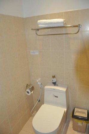 โรงแรมลวนวู: Clean water closet & towel rack
