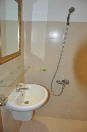 โรงแรมลวนวู: Clean lavatory & bathroom fixtures