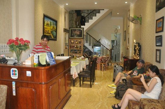 Luan Vu Hotel: Small but cute and clean hotel lobby & dining area.