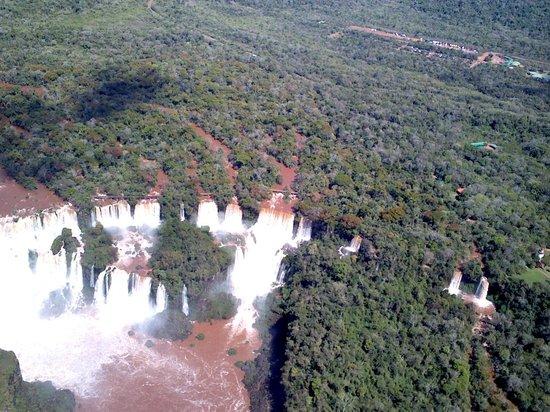 Helisul Taxi Aereo Voos Panoramicos: visão das cataratas em cima do helicoptero