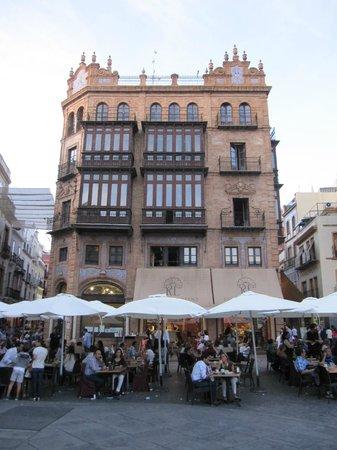 Robles Laredo: El local y su terraza.