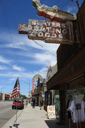 Best Western Plus Frontier Motel: Centro de Lone Pine.