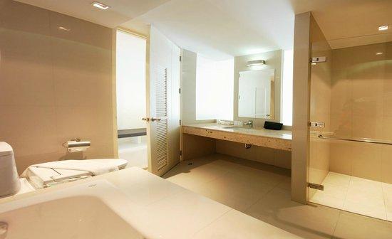 เดอะแลนเทิร์น รีสอร์ท ป่าตอง: View pent / Pool Pent Gestroom bathroom