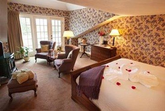 Adair Country Inn & Restaurant: Kinsman Suite Pot Belly Romance Swans