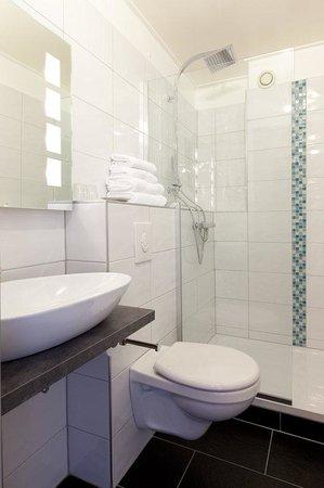 Couvent des Franciscains: Standard Shower Bathroom