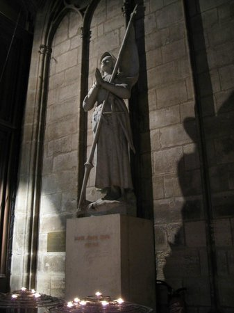 มหาวิหารน็อทร์-ดาม: Catedral de Notre-Dame - estátua de Joana D'Arc