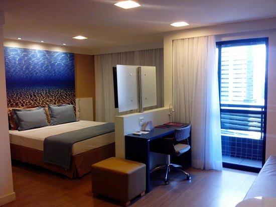 Mercure Fortaleza Meireles Hotel: Cama, sala e varanda ao fundo.