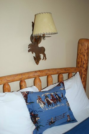 Daniels Summit Lodge: the queen bed