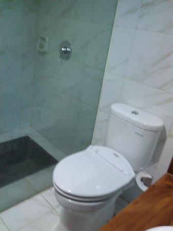 The Grand Hill Bistro Cafe & Resort-Hotel: bathroom