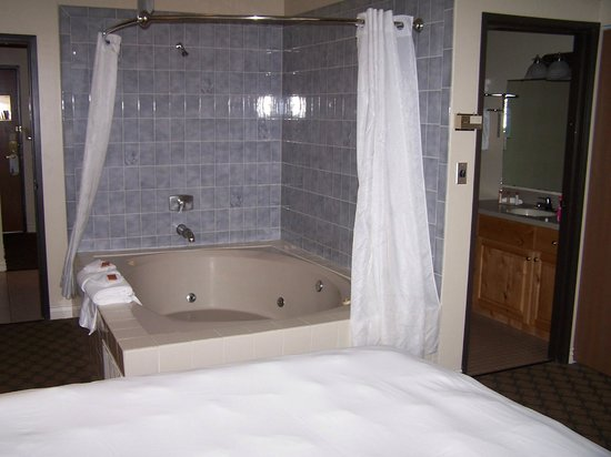 Ben Lomond Suites Historic Hotel,  an Ascend Collection Hotel: Big tub in bedroom