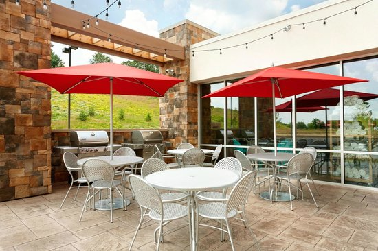 Home2 Suites by Hilton Pittsburgh / McCandless, PA: Back Patio