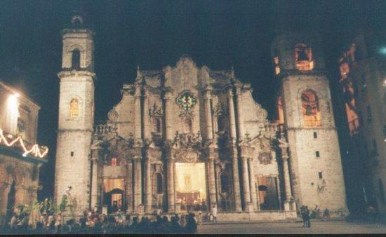 จตุรัสสาธารณะ: cattedrale di notte