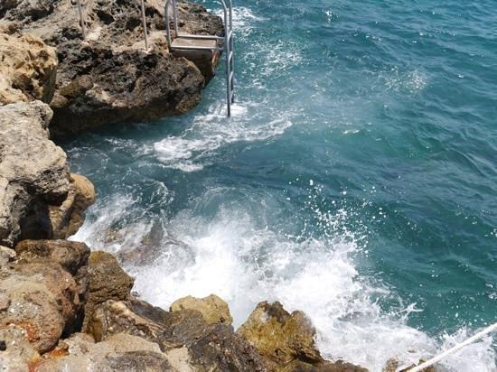 เดอะ มาร์มาร่า แอนทาลย่า โฮเต็ล: private beach area, a bit of a choppy day but we LOVED it